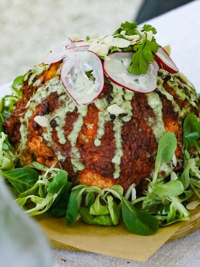 Ganzer Karfiol mit frischer Tahini-Sauce