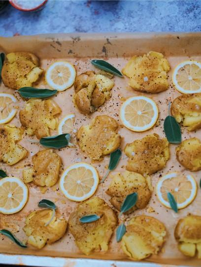Knusprige Ofenkartoffeln mit Joghurt-Feta-Dip