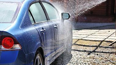 Ярко-синий автомобиль на автомойке