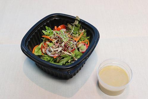 Blattsalat mit Kernen und Sprossen