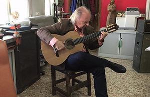Juan Camacho tocando una Dama Española