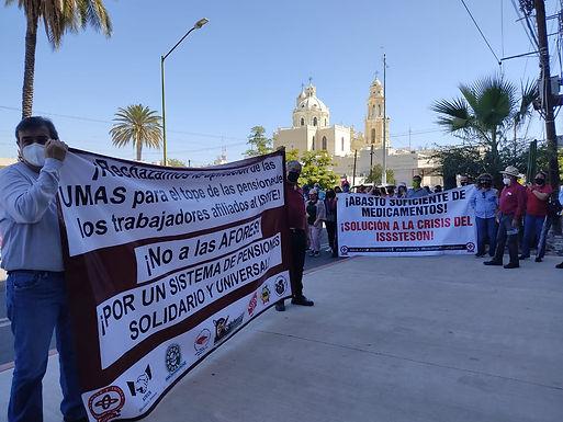 Exigen maestros quitar imposición de tope a pensiones en UMAS