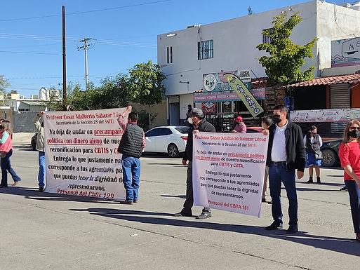 Maestros del CBTA y Cbtis se manifiestan frente al SNTE
