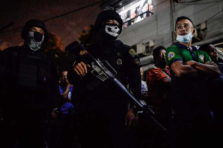 Armed guards take position outside the Parañaque city jail, Metro Manila, Philippines, August 12, 2016. An alleged grenade blast killed 10 inmates, 8 of whom were awaiting trial for drug-related cases.
