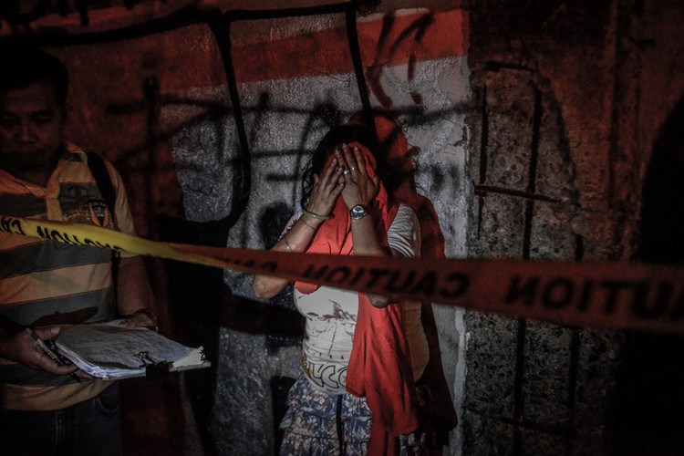 Diana Vinculado weeps after finding the body of her husband Antonio Vinculado, after he was killed by police in what they say was a shootout with police, in Paranaque, Metro Manila, Philippines, July 14, 2017.