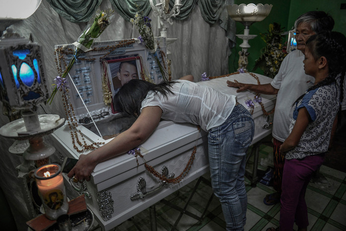 Luzviminda Siapo upon arriving home from Kuwait, weeps over the coffin of her son Raymart Siapo who was kidnapped and killed by armed men a day after a neighbor had reported him for selling drugs, in Navotas, Philippines, April 3, 2017.