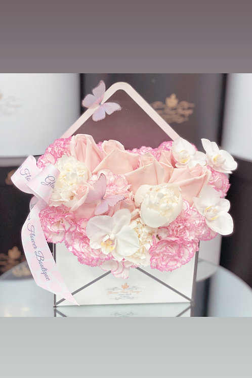 Envelop Arrangement in white and pink color