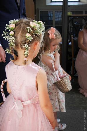 Brudtärnor i rosa.