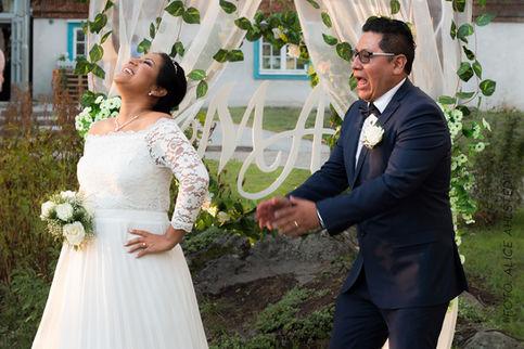 Bröllopsgnabb vid altaret.