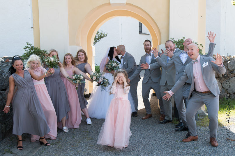 Bröllopsbild utanför Sorunda Kyrka.