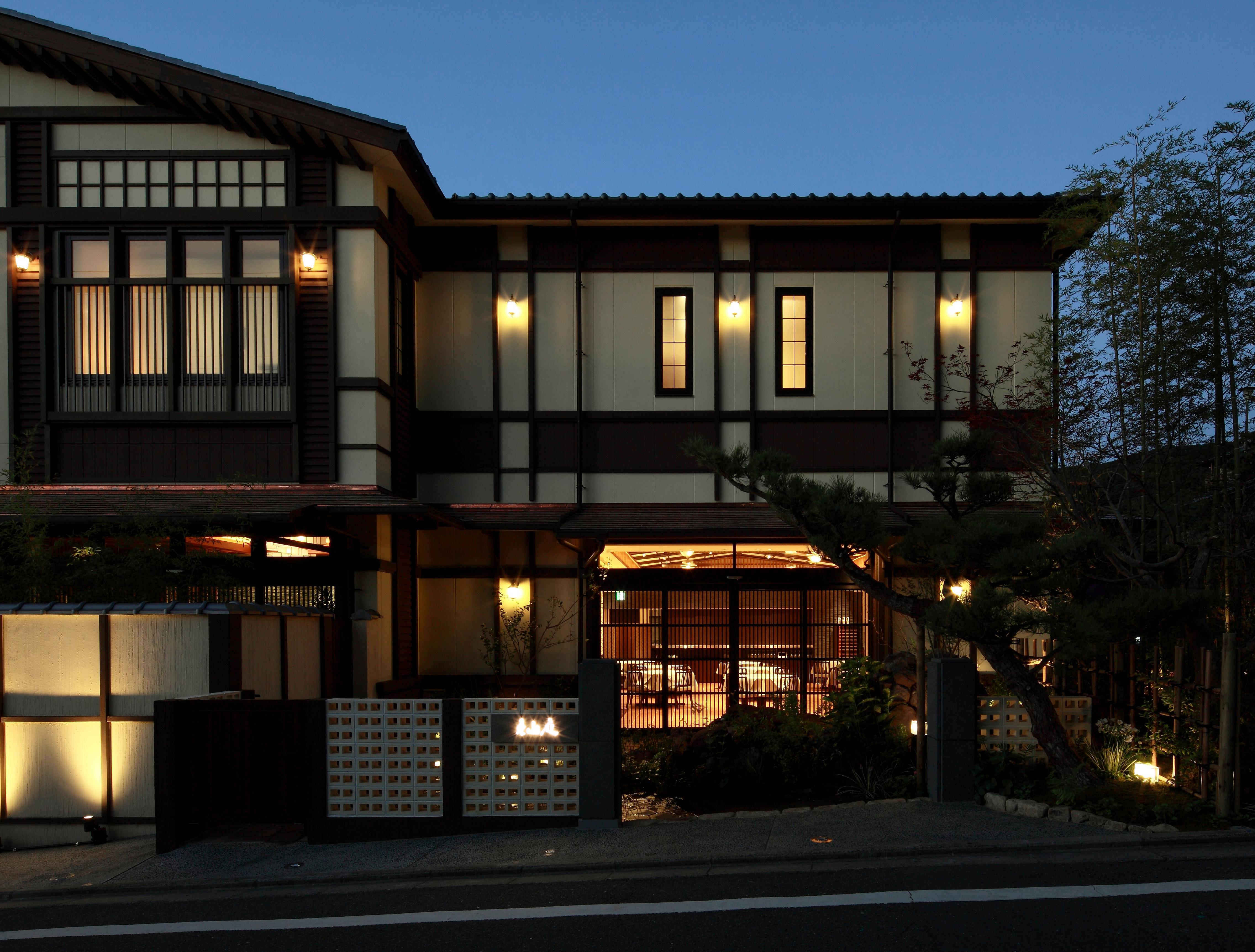 12 レストラン1入口アプローチ(夜景)