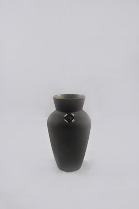 Vase noir brodé