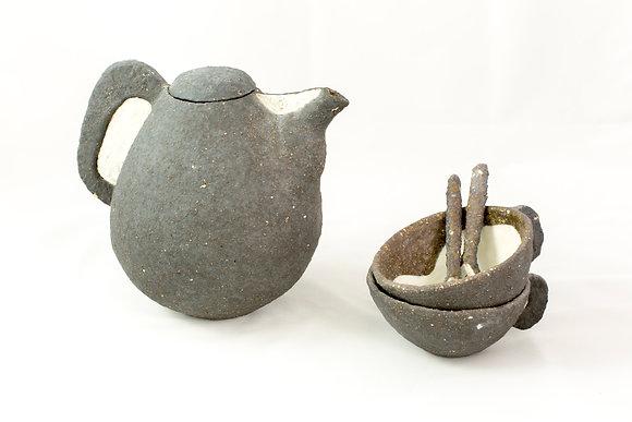 Théière, bols et petites cuillères