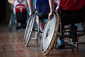 Спортсмены-инвалиды в спортзале