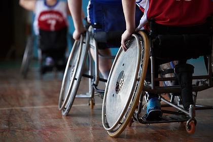 Niepełnosprawni sportowcy w hali sportow