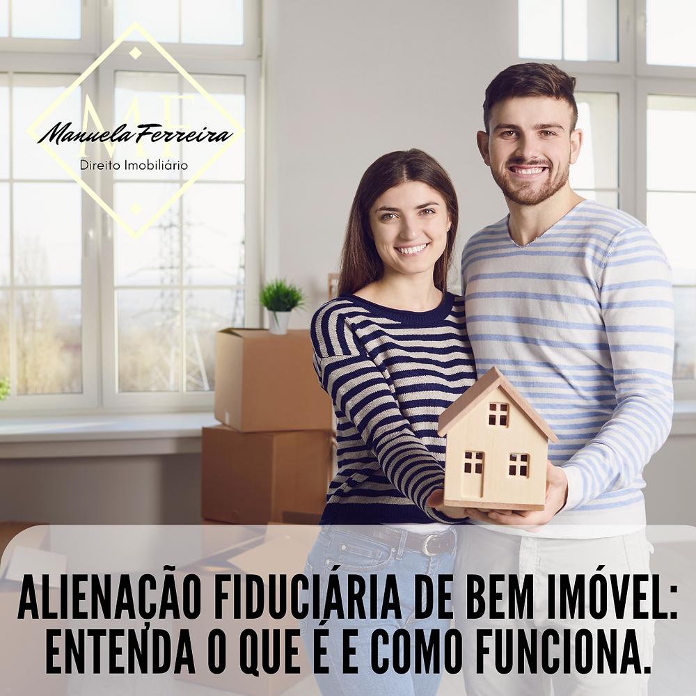 um casal , dentro de uma residência, segurando um casa em miniatura. Legenda da Imagem: Alienação fiduciária de bem imóvel: Entenda o que é e como funciona.