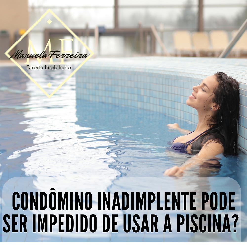 mulher dentro da piscina relaxando. frase condômino inadimplente pode ser impedidos de usar a piscina?