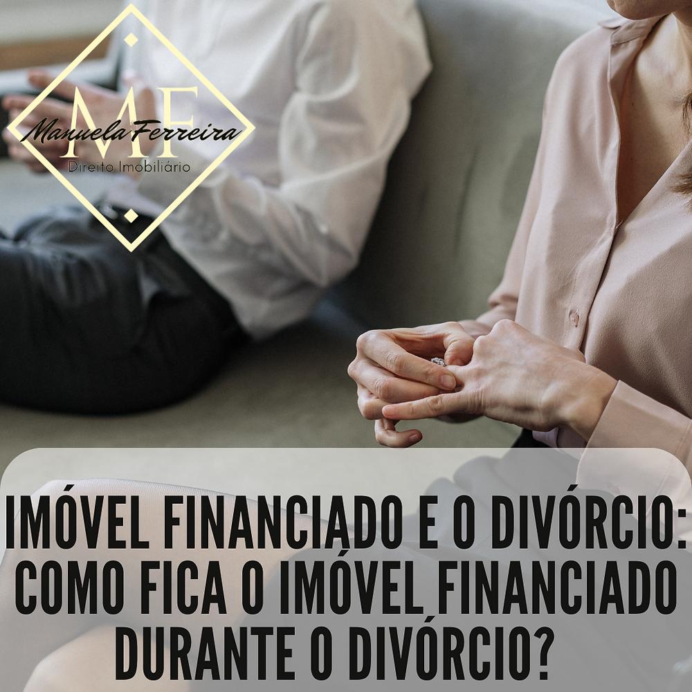 casal sentado no sofá ambos tirando a aliança das mãos. Com a seguinte frase: imóvel financiado e o divórcio: como fica o imóvel financiado durante o divórcio?