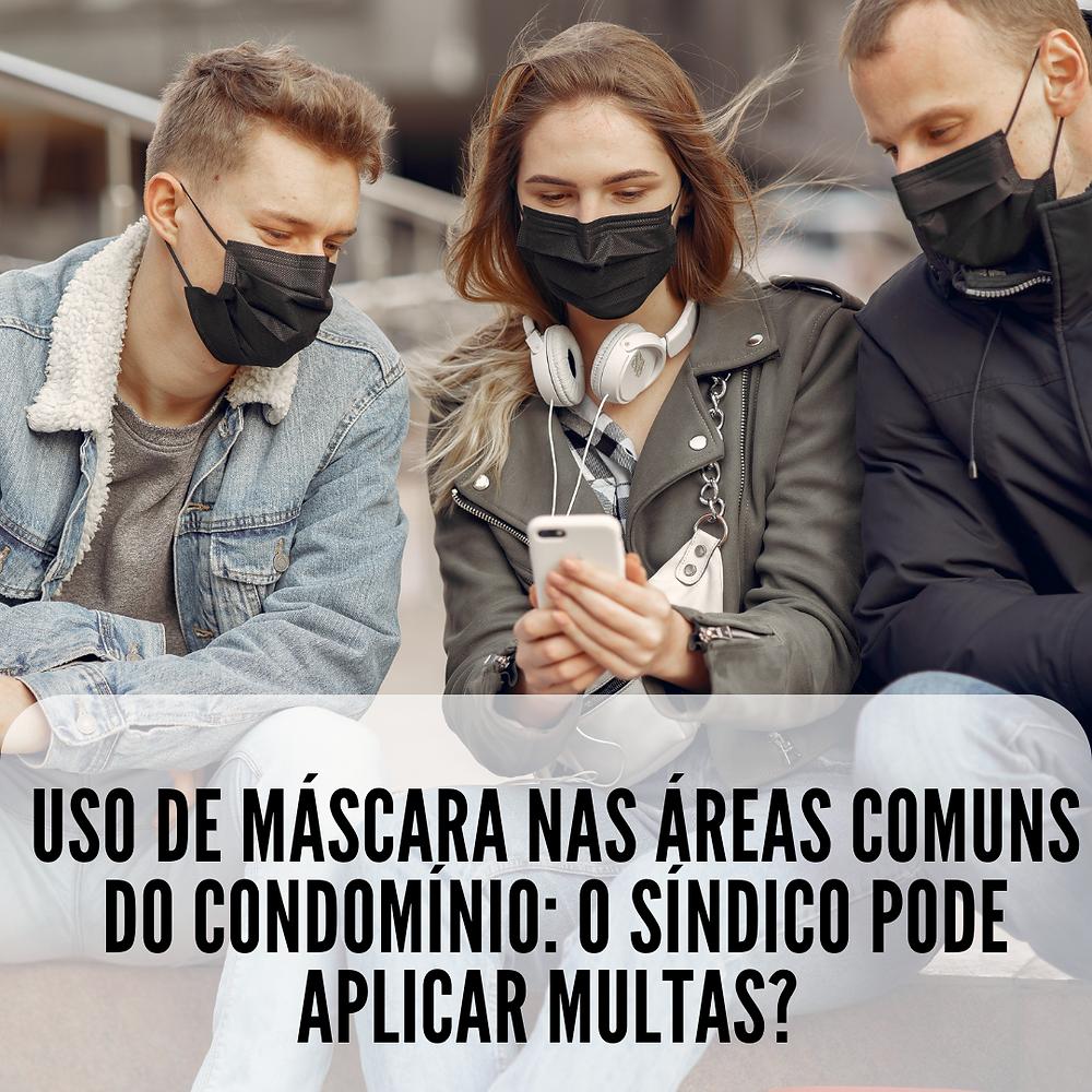 três jovens sentados usando máscara e observando a tela de um smartphone com a seguinte legenda: uso de máscara nas áreas comuns do condomínio: o síndico pode aplicar multas?