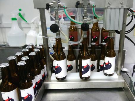 ビール以外に醸造設備も自前で製作しているのですが、ボトルビールの充填・打栓器の設計・開発もしており、第1弾はこちらです。2~3本のビール充填と1本のエア・シリンダーの打栓装置が1セットになっており、