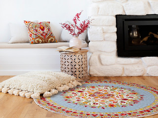 Hand embroider round rugs made of Australian wool in a chain stitch technique
