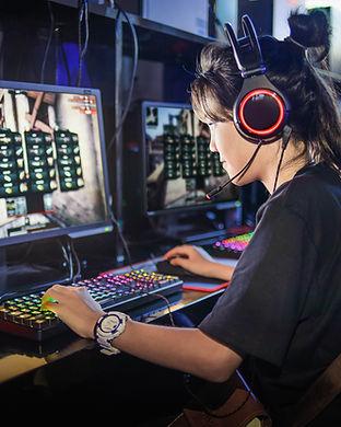 Menina jogando jogos de computador