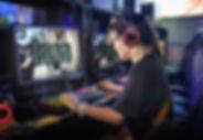 Молодая девушка играет в компьютерные иг