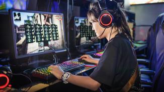 Junges Mädchen, das Computerspiele spiel