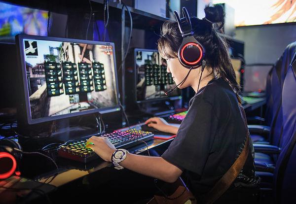 Jeune fille jouant à des jeux d'ordinate