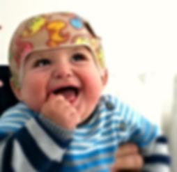 srečen otrok z čelado