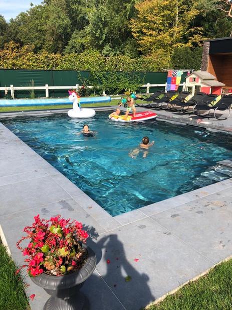 Zwembad met speelgoed.jpg