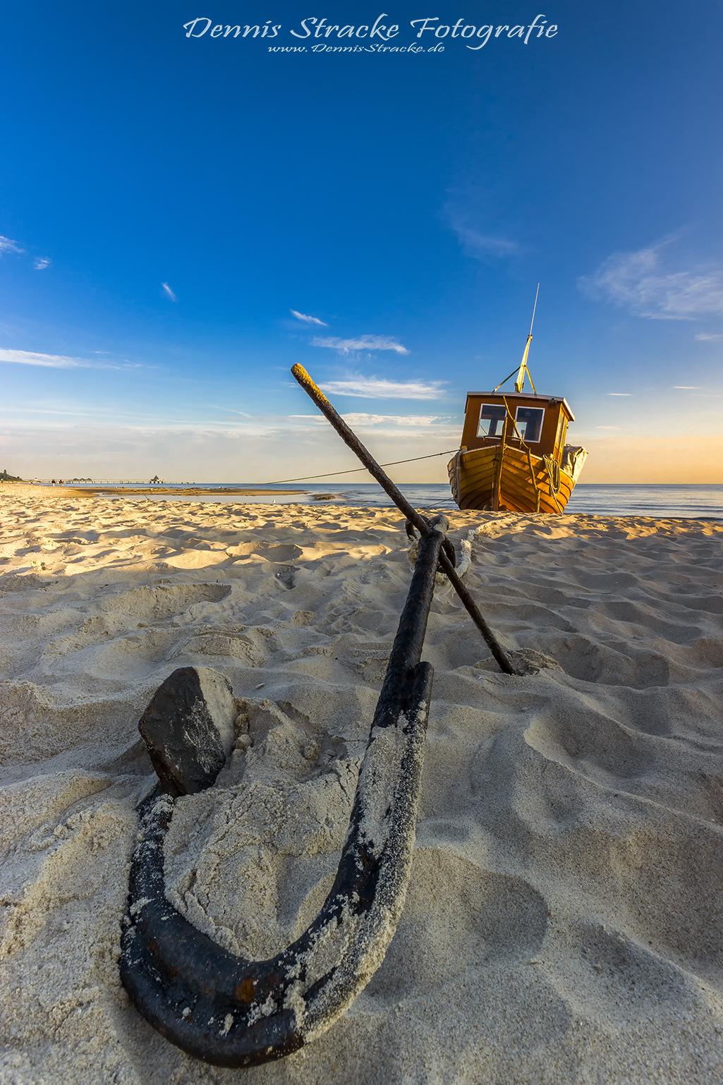 Schiff vor Anker am Strand