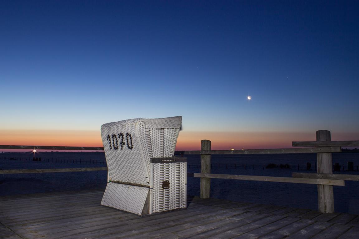 Strandkorb bei Nacht an der Nordsee