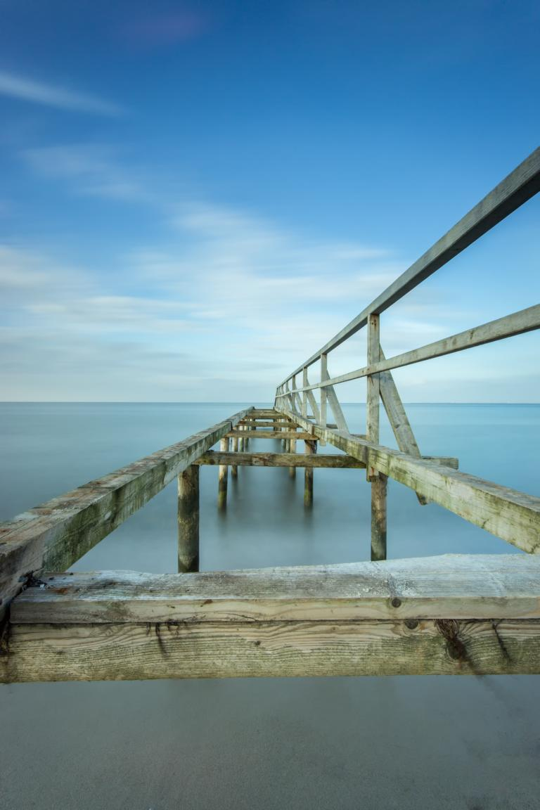 Alte Holzbrücke an der Ostsee Heilig