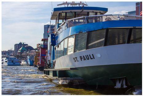 St Pauli Fähre auf der Elbe