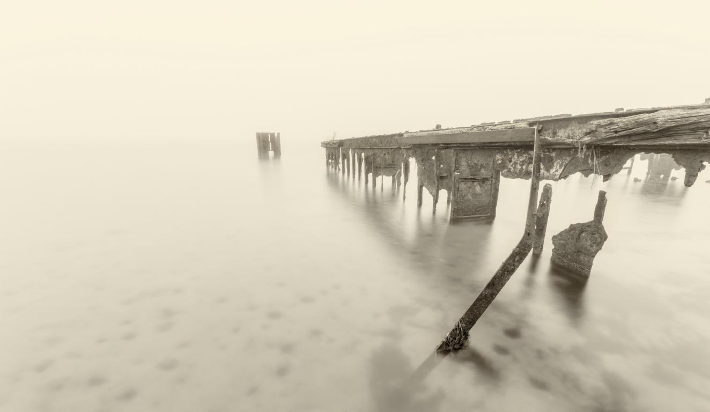 Alter Fähranleger auf Rügen im Nebel