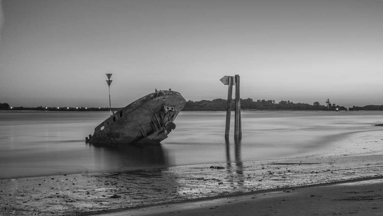 Versunkenes Boot in der Elbe