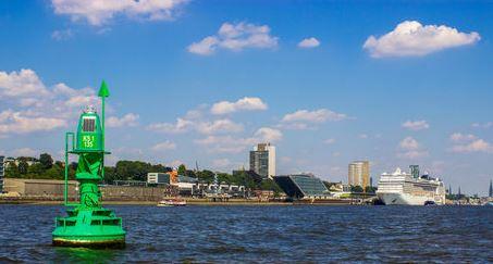 Kreuzfahrtschiff im Hafen von Hambur