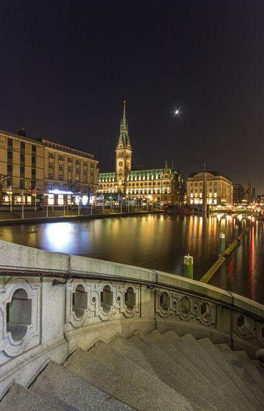 Alsterarkaden Hamburg mit dem Rathau