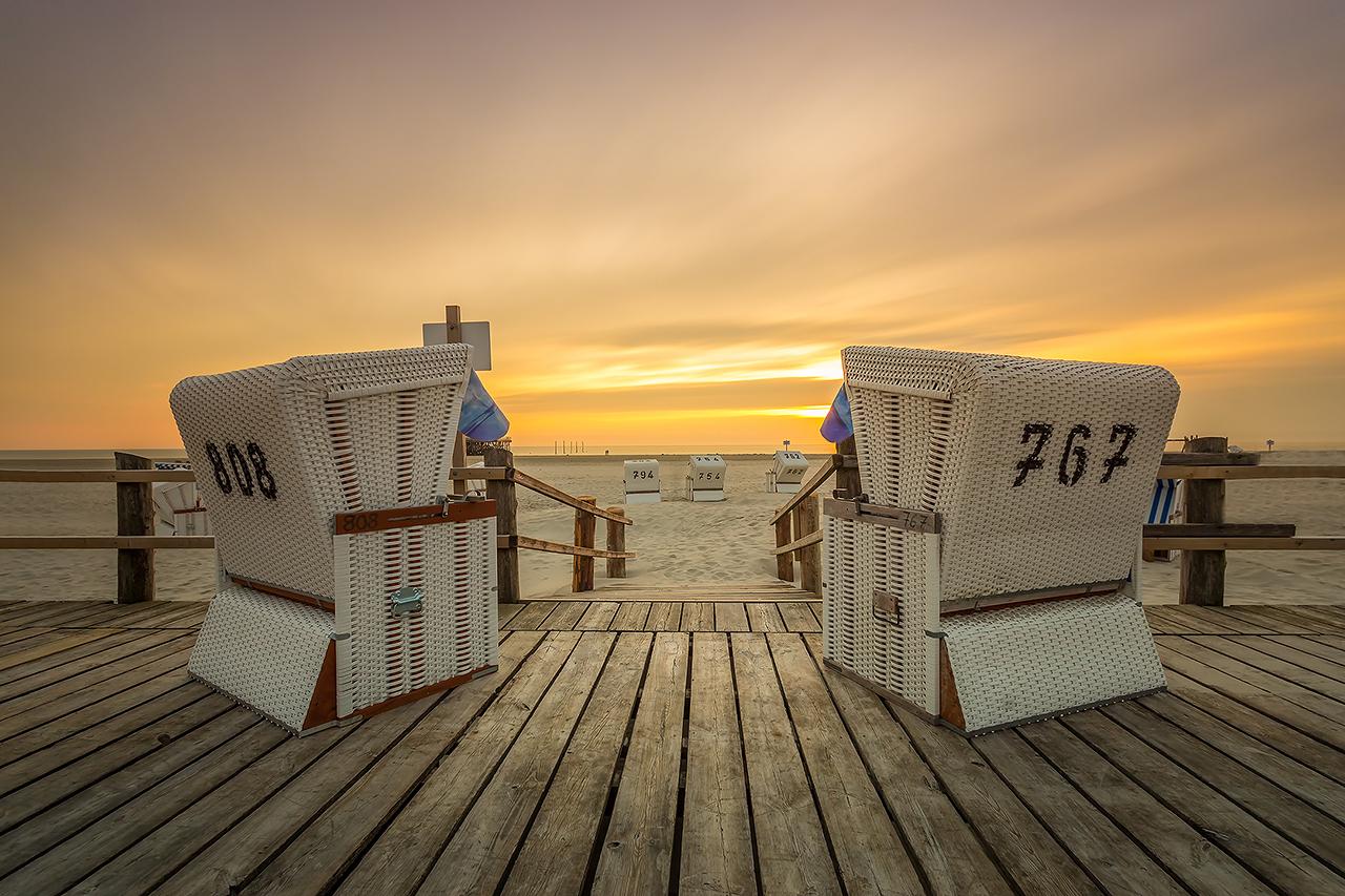 Strandkorb zum Sonnenuntergang an de