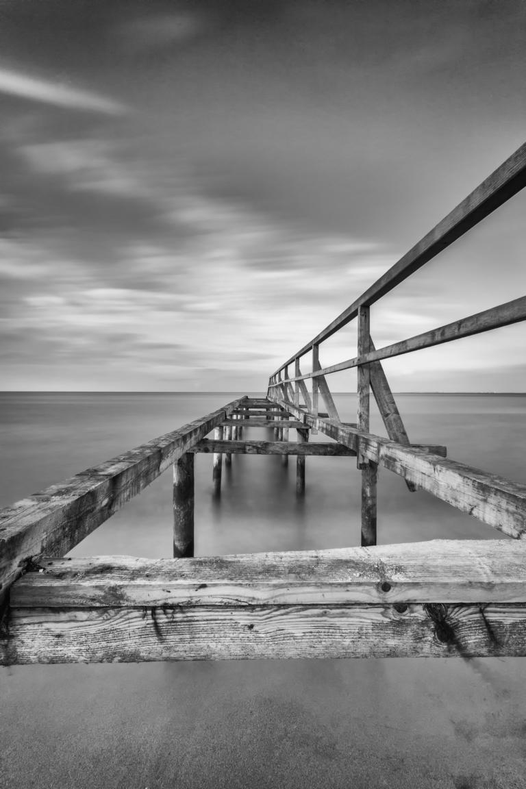 Alte Brücke im Meer