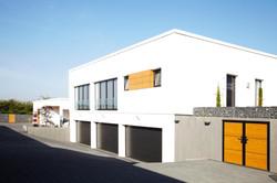 Nebengebäude mit Garagen