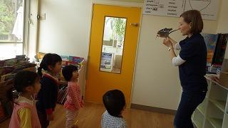 ハローウィンの物語をドラマ仕立てで楽しくお話しします。もちろん英語ですが子供たちは理解できてま~す。