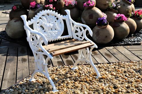 כורסא מברזל יצוק ועץ