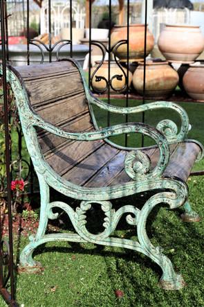 ספסל ירוק מעץ וברזל מלא