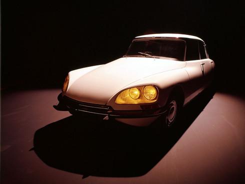 DS. Deux lettres qui, dans l'histoire de l'automobile et plus singulièrement encore celle de Citroën, exhalent un parfum d'exclusivité et de raffinement, et ce depuis 1955. Ligne audacieuse, confort et technologie forment déjà à l'époque le vocabulaire de ce nouveau modèle. Vingt années durant, la DS véhiculera les amateurs de luxe, et les grands de ce monde, comme le Général de Gaulle.