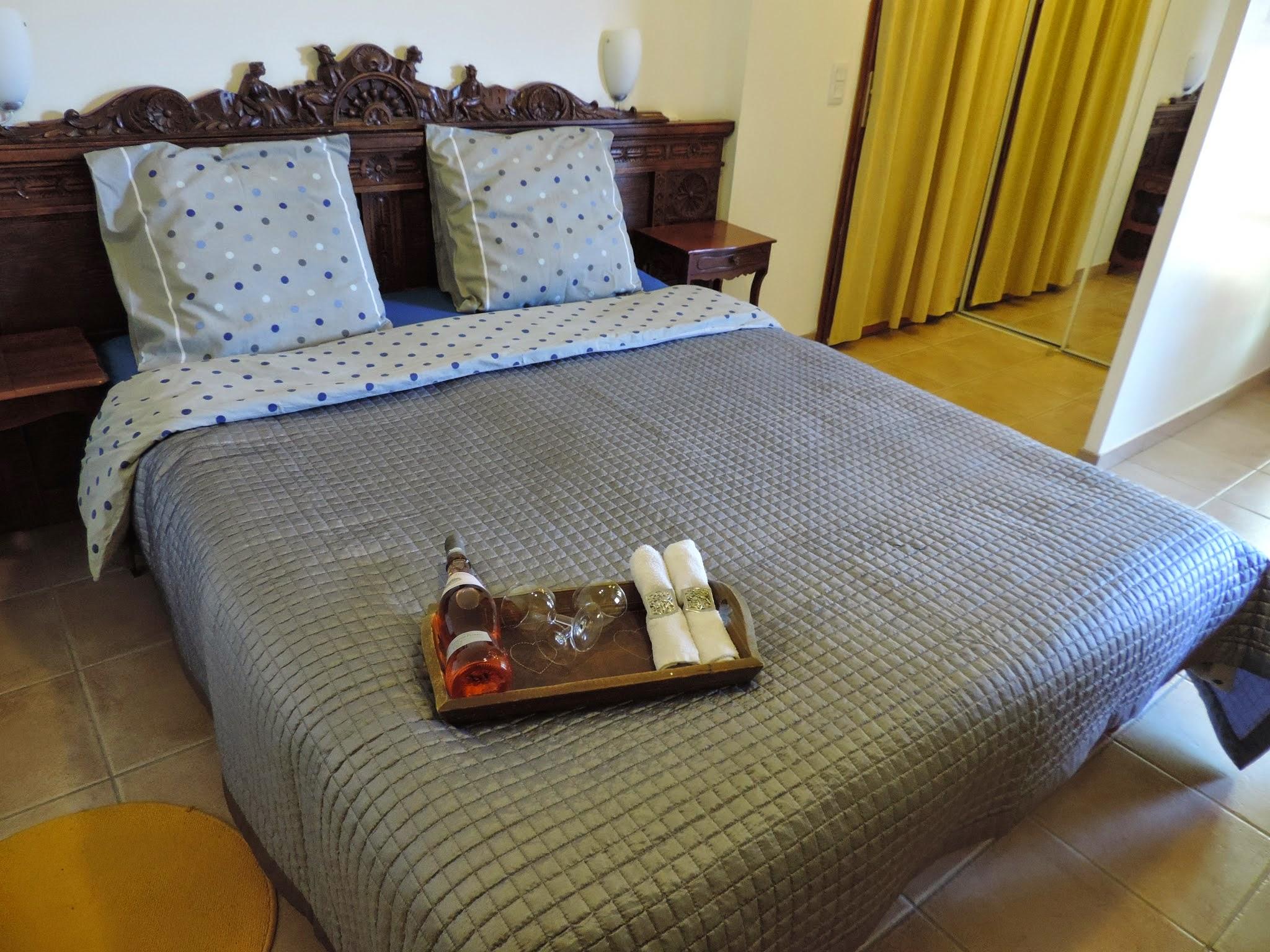 מיטה מודרנית עם ראש עתיק