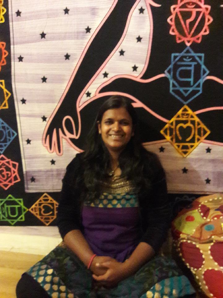 Rencontre avec Samita Gupta      Samita est née en Inde où elle y a vécu pendant 16 ans. Proche de sa grand-mère qui était Chamane, elle a beaucoup appris à travers elle. Au fur et à mesure des années elle a su découvrir son potentiel énergétique et ainsi le partager à travers ses soins. Chaque séance qu'elle propose est dictée par ses ressentis et son intuition. Vécu d'une séance : « Harmonisation des Chakras par le son »  « Dès votre première rencontre avec elle, elle saura vous mettre en confiance et à l'aise.  J'ai trouvé Samita très chaleureuse. Elle me propose de nous installer dans sa salle de soin. L'ambiance est agréable et feutrée. Il y a une délicate odeur d'encens qui nous met de suite dans l'atmosphère. Nous sommes assise en face à face sur des poufs de méditation et devant moi se trouve des bols tibétains. Samita m'explique que je n'aurai qu'à écouter sa voix et me laisser guider. Je me sens tout à fait en confiance et prête à essayer. Elle m'indique également qu'au court du relâchement de tout mon corps elle se connectera à moi pour rentrer en contact avec tous mes chakras et ainsi pouvoir ressentir les émotions, les sensations, les blocages… Installée sur le pouf, je commence par fermer les yeux et j'écoute les indications de Samita. Je me connecte à ma respiration et à l'énergie de la terre et chaque partie de mon corps est sollicitée. On débute par les pieds et on remonte jusqu'à la tête. Dès le début, le son m'ancre complétement dans le sol et je sens mes jambes complétement lourdes. Durant tout le soin, le son des bols nous accompagne. A chaque étape et à chaque passage de chakra j'ai des ressentis particuliers. Le son des bols communique avec mon corps et la puissance de ces « sons » est assez impressionnante. A travers ce soin, Samita a pu déterminer certaines de mes blessures et de mes peurs et les situer aussi bien temporellement que dans mon corps (au niveau des chakras). Ce fut un joli voyage intérieur et un agréable moment. »  Vous pouvez 