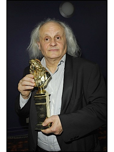 Jean-Paul Farre et sa statuette.jpg