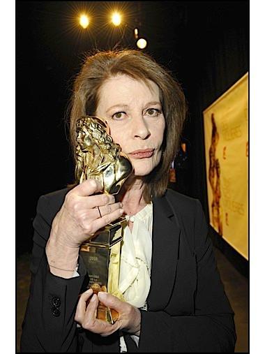 Claire Nadeau et sa statuette.jpg